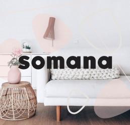 Somanan logo ja sohvalla Somanan tuote jättineuleunipussi